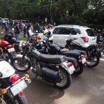 参拝客に割り込むバイク集団
